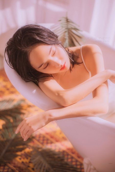 Gallery - Chinese model - Beautiful girl in a private room - Photo by 摄影师啊稚 (1)
