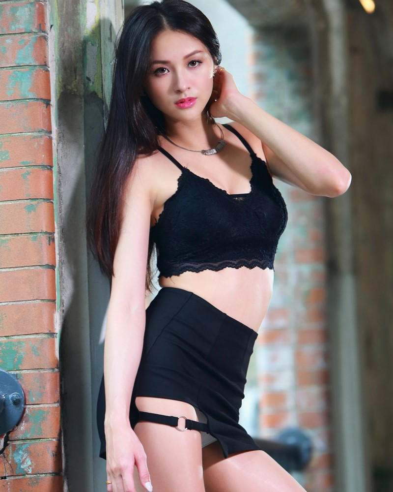 Image-Taiwanese-Beautiful-Long-Legs-Girl-雪岑Lola-Black-Sexy-Short-Pants-and-Crop-Top-Outfit-TruePic.net