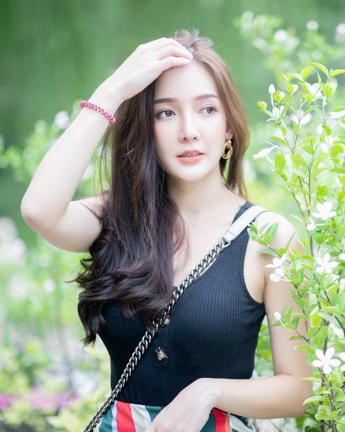Image-Thailand-Model-Rossarin-Klinhom-Beautiful-Girl-Lost-In-The-Flower-Garden-TruePic.net