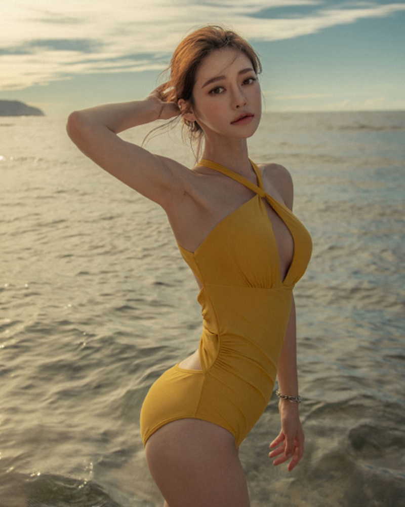 Kim Moon Hee - Korean Fashion Model - Golden Sundance Monokini - TruePic.net