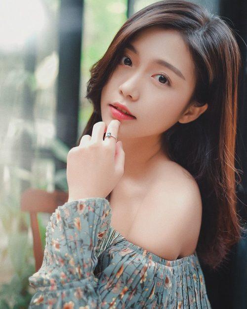 Vietnamese Beautiful Girl - Walking Into The Nice Weekend - TruePic.net