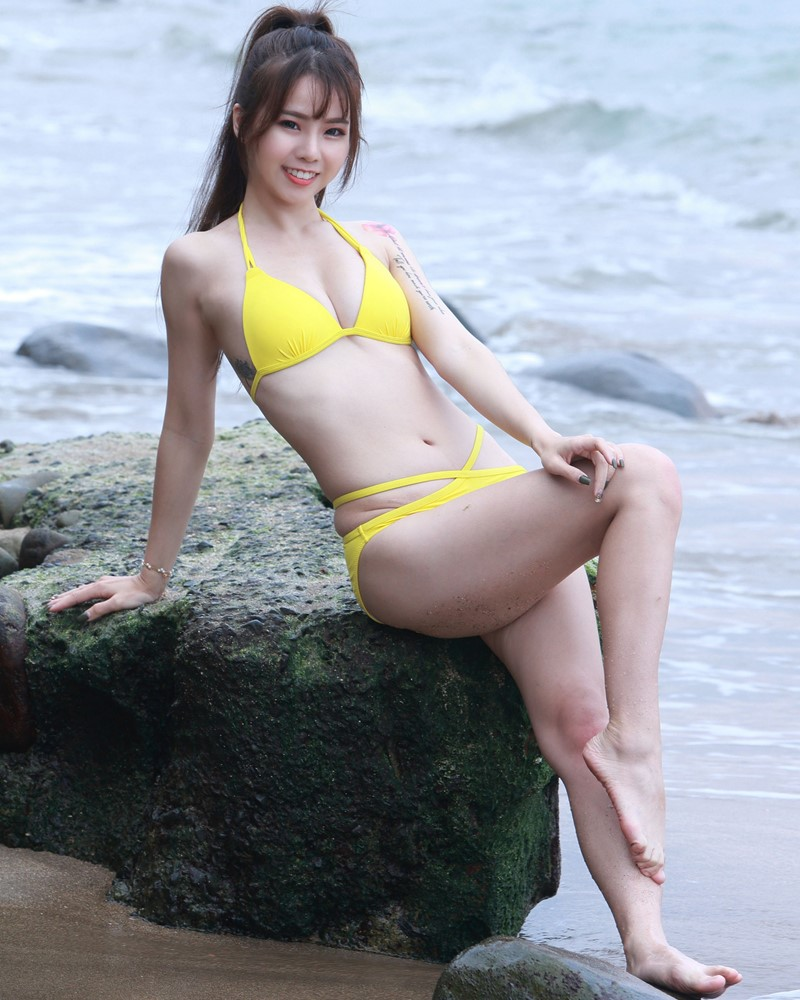 Taiwanese Beautiful Model - Debby Chiu - Yellow Sexy Bikini - TruePic.net
